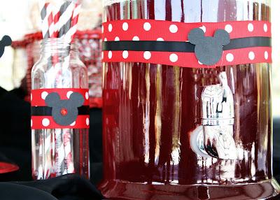 Sencilla decoración para fiestas de Mickey y Minnie.