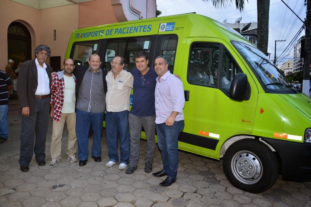 Vice-prefeito Márcio Catão, deputado estadual, André Corrêa e o vereador Maurício Lopes posam ao lado da van acompanhados de líderes comunitários