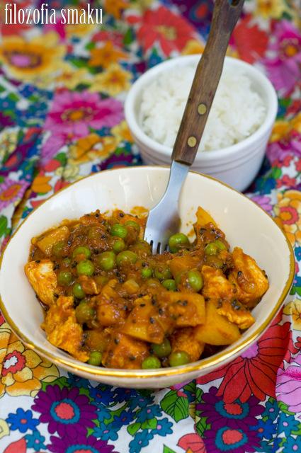 curry z kurczakiem, ziemniakami i zielonym groszkiem