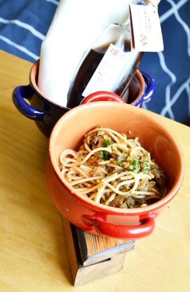 spaghetti integrali con prezzemolo, aglio, olio e colatura d'alici
