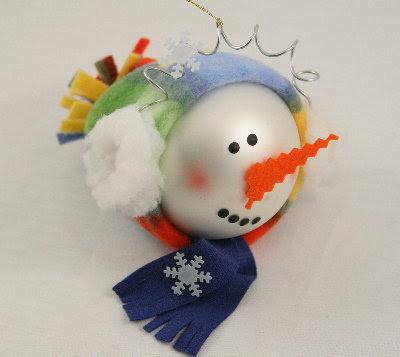 Passo a passo de boneco de neve feito com bolas de natal