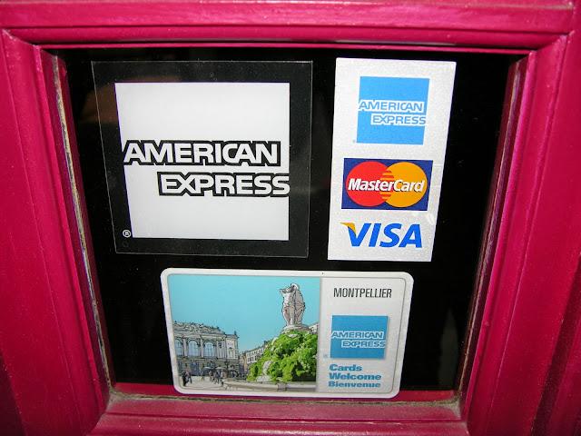 Les différents visuels American Express apposés sur le vitrine du Studio 54.