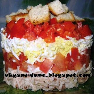 Салат с курицей и красными овощами