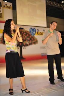 Sara cantando no palco da Reatech