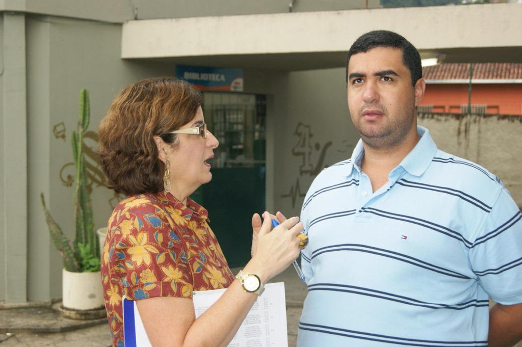 No CEROM, o Secretário Leonardo Vasconcellos ouve as demandas da Diretora Heloisa de Castro
