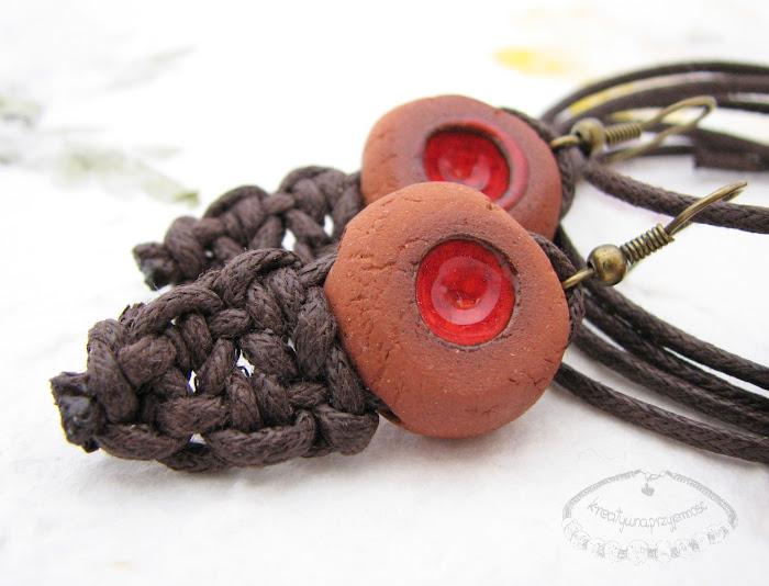 Ceramiczne kolczyki uformowane z brązowej gliny z czerwonym oczkiem 1