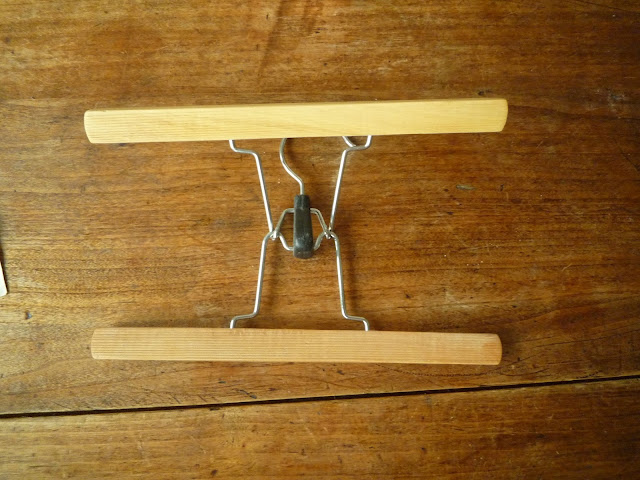 accrocher-affiche-avec-cintre-DIY