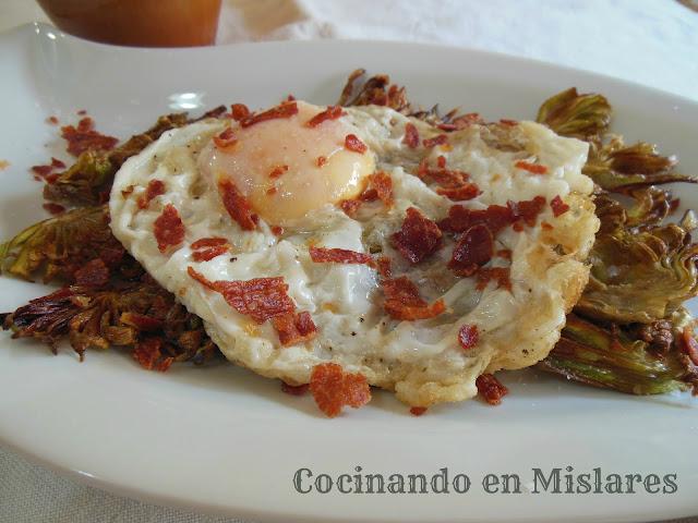 alcachofas fritas con huevo frito y crujiente de jam n
