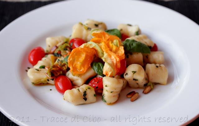 gnocchi di patate, datterini, fiori di zucca
