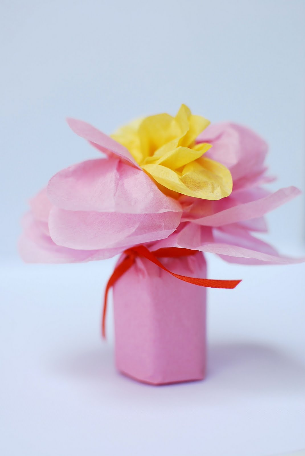 anna and blue paperie: {Tutorial} Tissue Wrapped Flower Favors