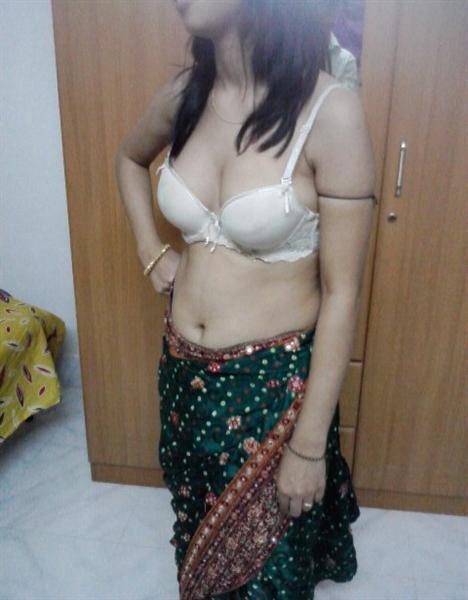 Deshi Babe Pratibha Exposed Showing Her Boobs
