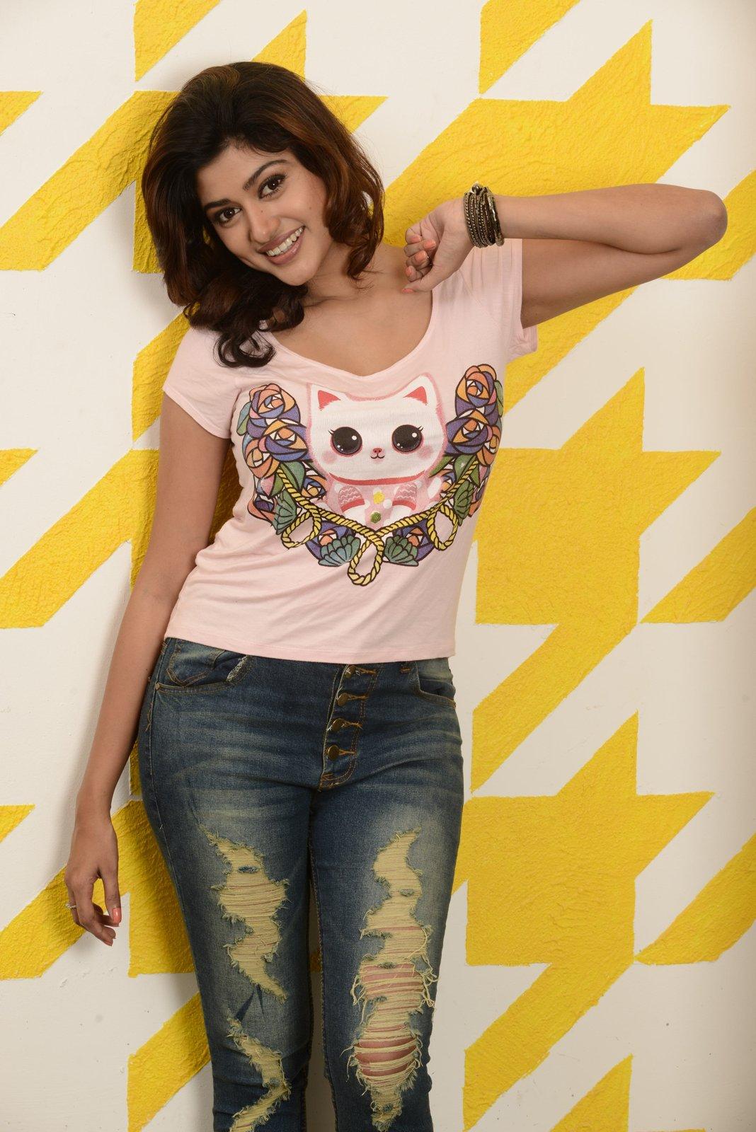 Actress Oviya Glamorous Portfolio HD Photos