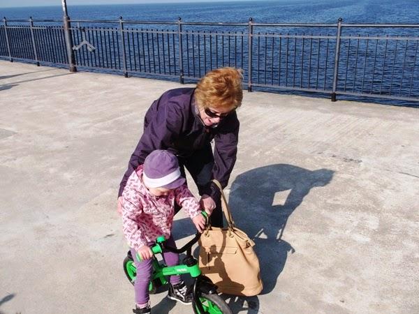 dwulatka na rowerku biegowym