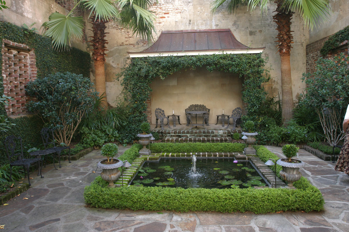 A curious gardener southern courtyard gardens for Courtyard landscaping pictures