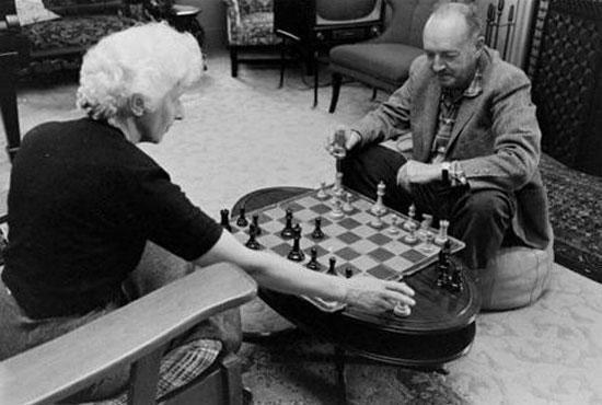 Vladimir Nabokov et son épouse Vera jouant aux échecs