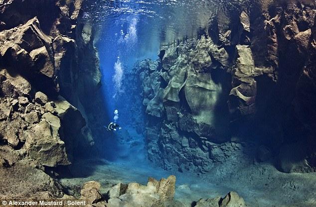 Gambar bawah air jurang antara dua plat tektonik