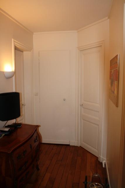 Anna grant d placement d 39 une porte de placard dans l 39 entr e pour cr er un dressing dans la - Creer un placard dans une chambre ...