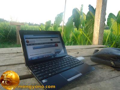 Ngeblogg di saung sawah. Foto jepretan admin.