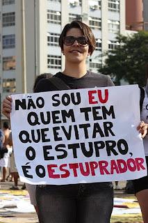 não sou eu quem tem que evitar o estupro; é o estuprador - cartaz da Marcha das Vadias em Belo Horizonte