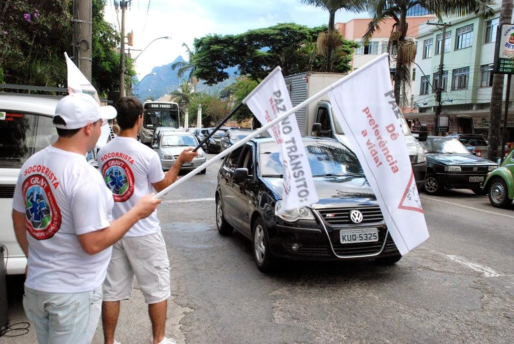 Entrega de folders e dizes em bandeira auxiliara na campanha de conscientização