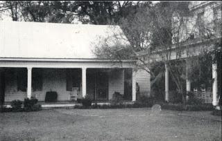 Una foto d'epoca della Myrtles plantation: notate nulla?