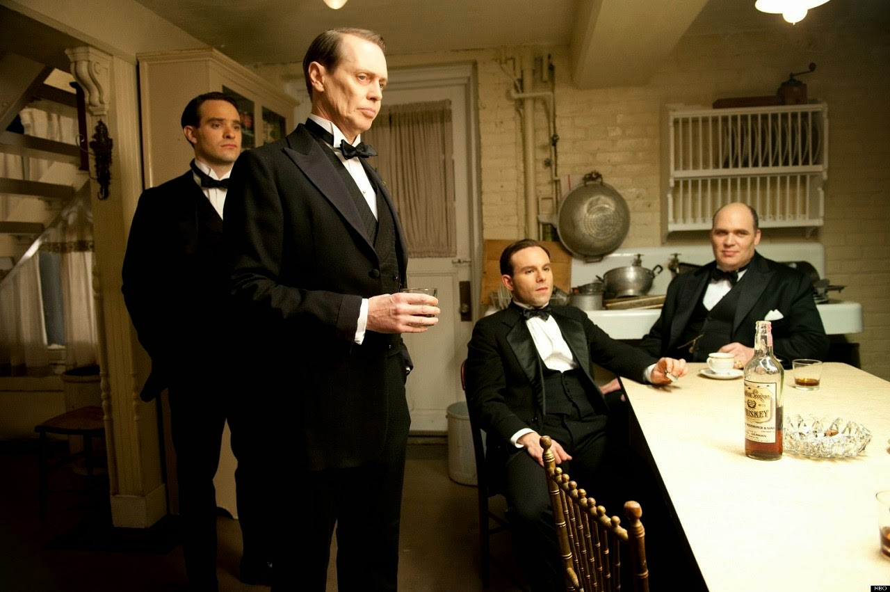 Nucky Thompson rodeado de algunos de sus socios