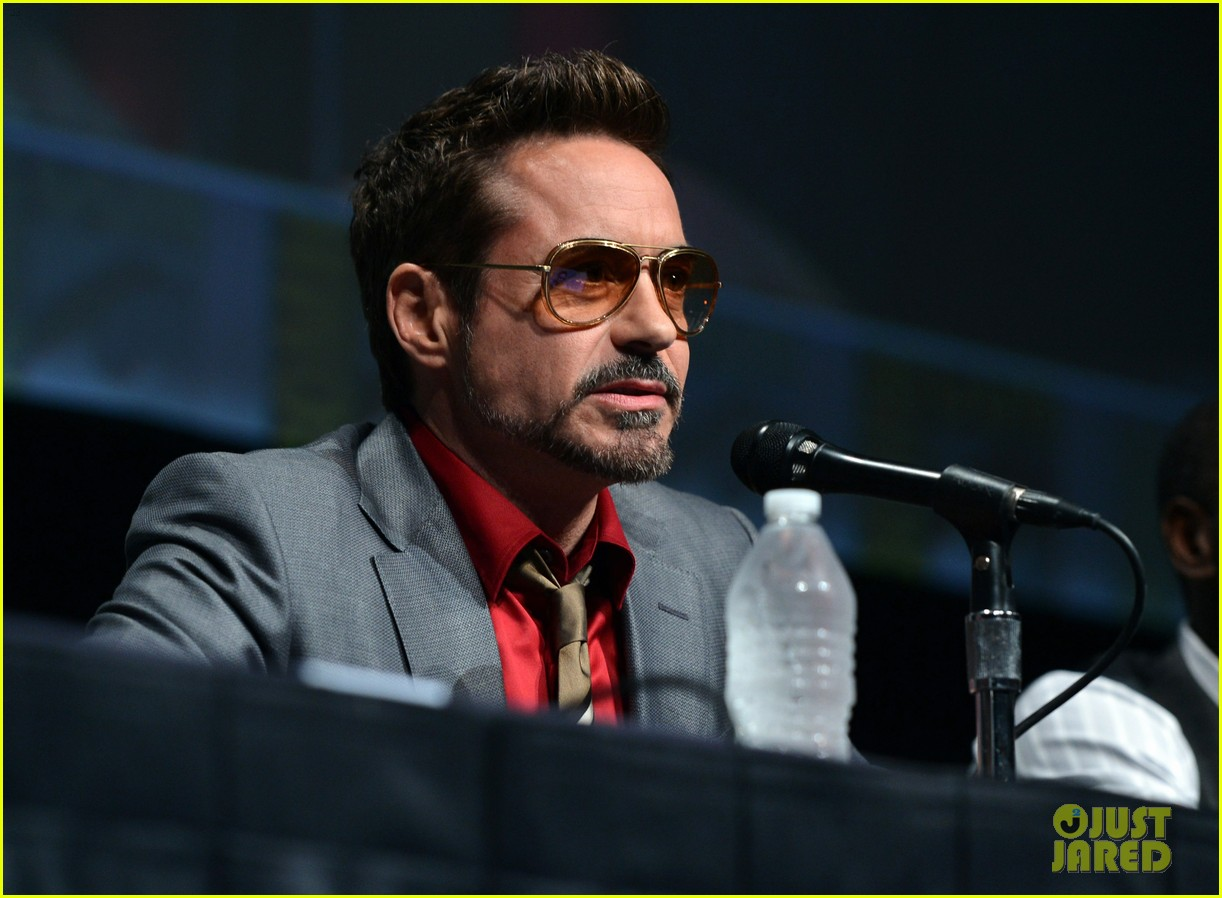 http://3.bp.blogspot.com/-RdQou9b7P5E/UAsbn-Yb5LI/AAAAAAAABoQ/B-8mgmnN0ak/s1600/robert-downey-jr-don-cheadle-marvel-panel-at-comic-con-14.jpg