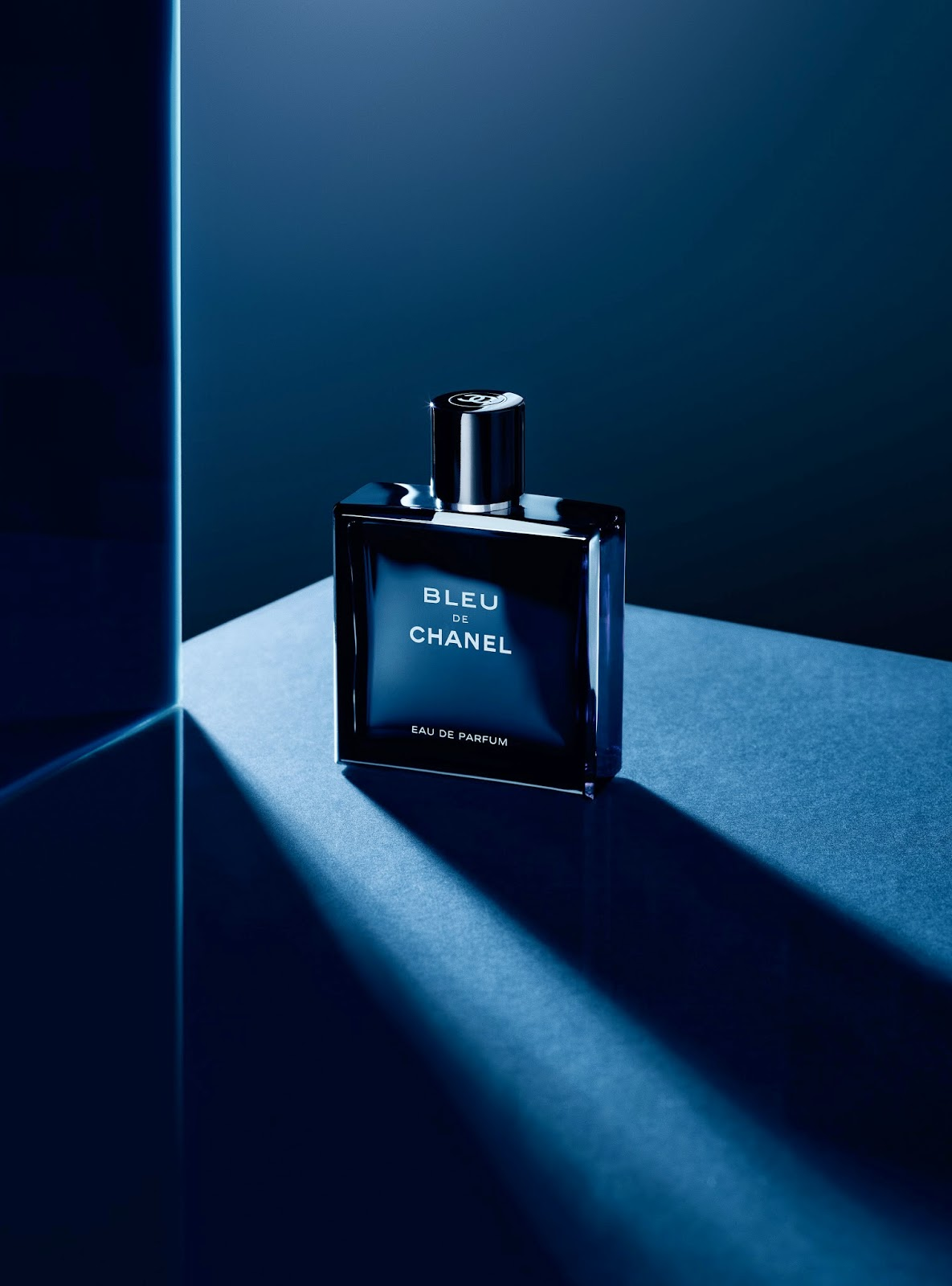 bleu de chanel lance sa version eau de parfum. Black Bedroom Furniture Sets. Home Design Ideas