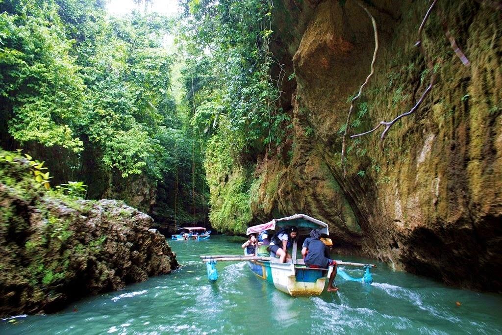 salah satu perahu sedang menuju lokasi utama green canyon
