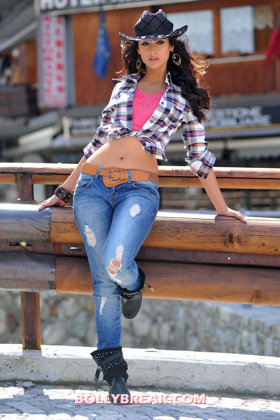 , Ileana D'cruz Hot Cowgirl Wallpaper - Navel Show