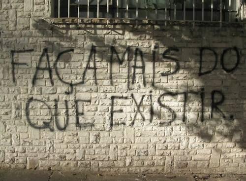 """Fotografia de um muro que está escrito : """"Faça mais do que existir"""". No link para este site, cada foto tem embaixo a legenda da mensagem que está escrita no muro fotografado."""