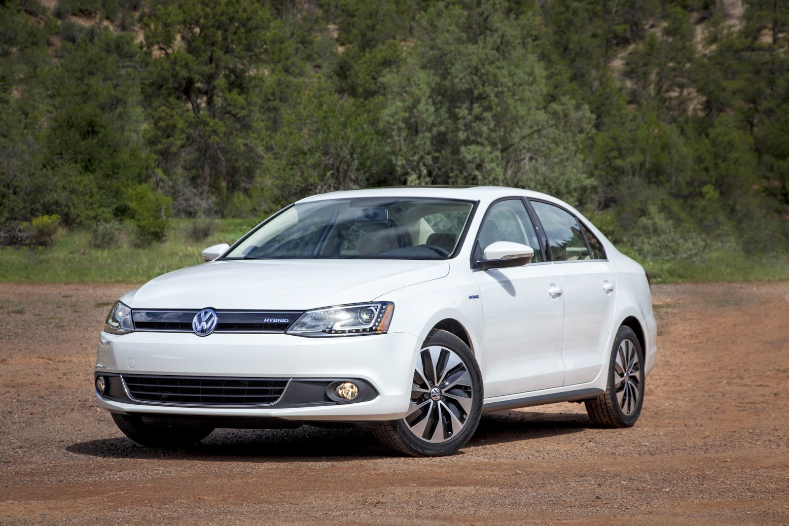 Front 3/4 view of 2015 Volkswagen Jetta Hybrid