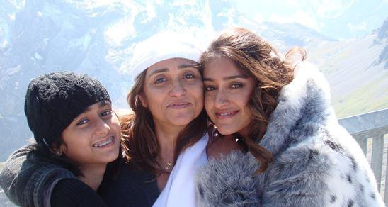 Ileana Latest Photo Collection With Her FriendsFamilyCollegues wallpapers