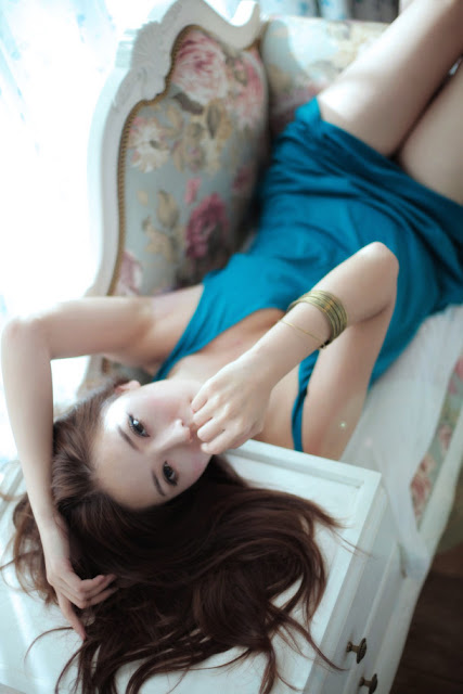 Model Zhao Yu Fei sexy with blue dress