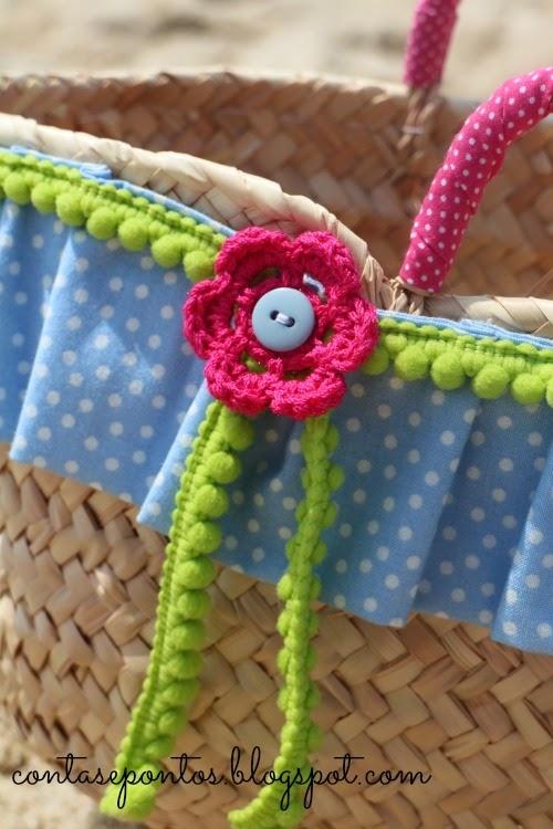 Cesto em verga forrado em tecido e com aplicações em crochet