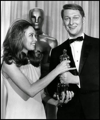 Mike Nichols recibe el Óscar a mejor director de manos de Leslie Caron