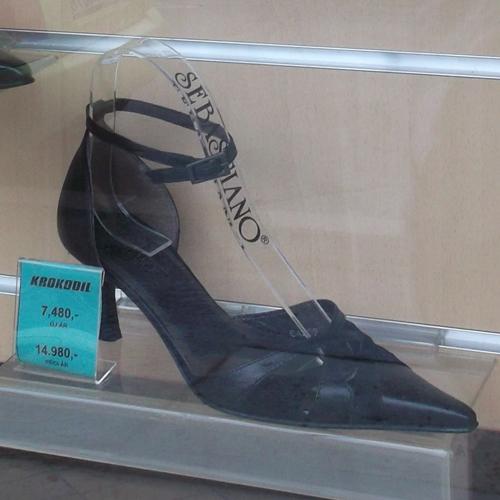 Fekete bokapántos női hegyesorrú cipő