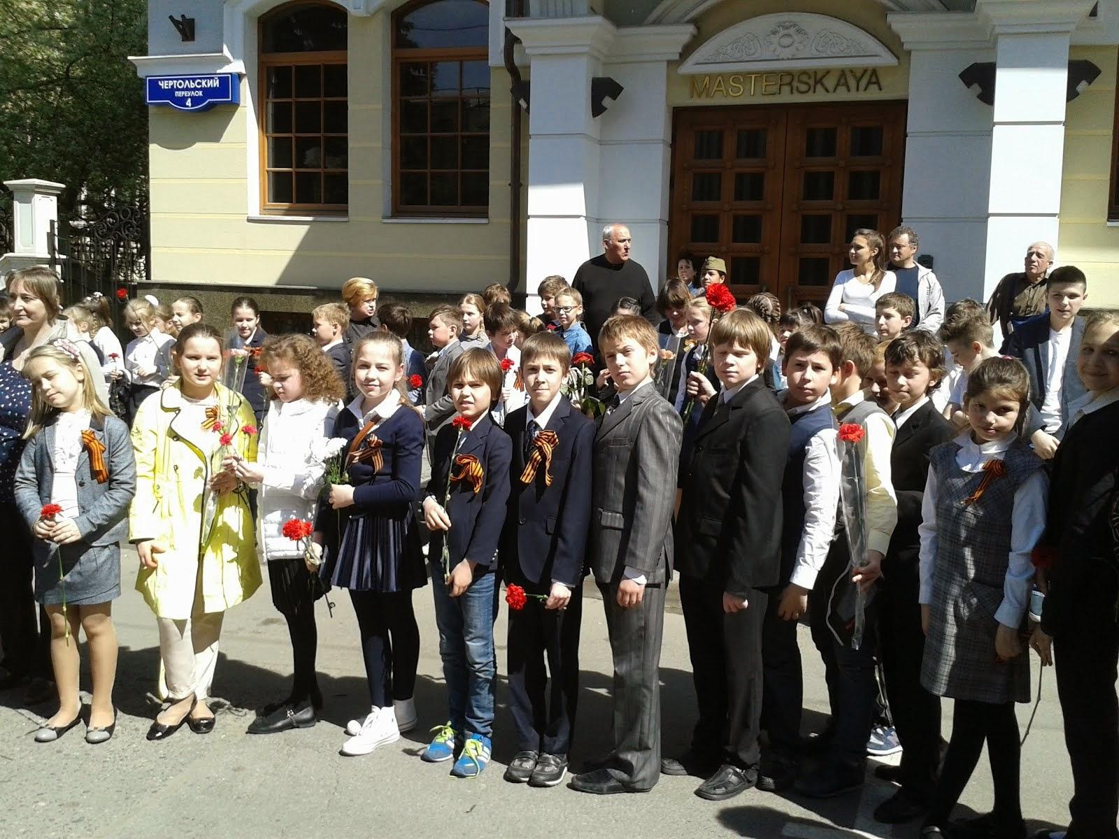 На торжественной линейке у памятника воинам-артиллеристам в честь Дня Победы.
