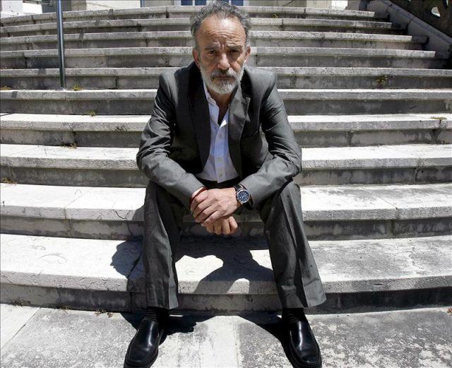 Doctor montes sentado en una escalinata, imagen www.elplural.com