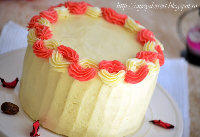 Tort de vanilie cu bezea elvetiana si capsune - Strawberry Vanila Cake with Swiss Merengue Buttercream