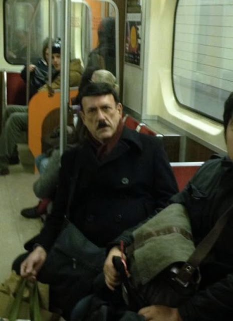 Adolf is back in der U-Bahn