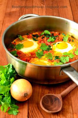 To pyszne śniadanie lub, jak kto woli, wegetariański obiad rodem z północnej Afryki i Izraela. Choć nazwa brzmi egzotycznie, shakshuka to nic innego jak jajka zapiekane z pomidorami, cebulą i papryką z dodatkiem aromatycznych przypraw.   Taka właśnie jest wersja klasyczna, choć co kraj to obyczaj i do shakshuki dodaje się również kiełbaski, suszone mięso, fetę i szpinak.
