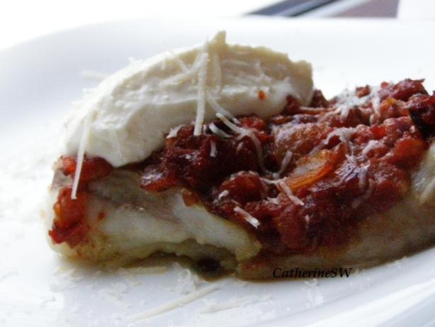 Тилапия в томатном соусе с красным луком и чесноком