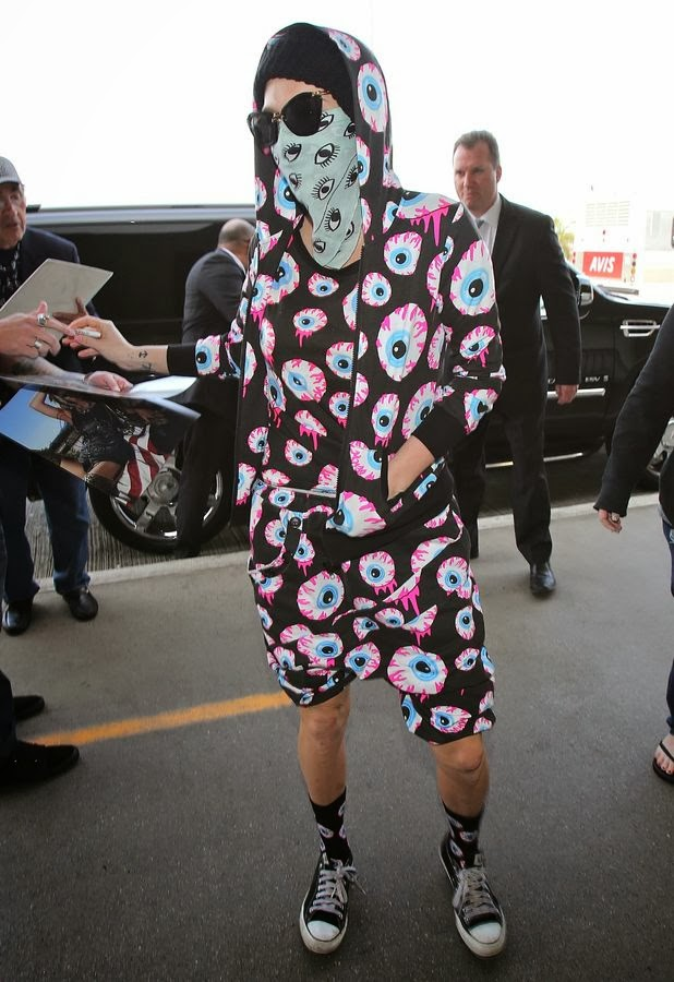 Ke$ha con un traje llenos de ojos