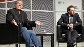 """AUSTIN, Texas (CNN) — Cuando se está hablando a los asistentes conocedores de tecnología del South by Southwest Interactive, no hace daño comenzar con una referencia web; incluso si eres un exvicepresidente estadounidense. """"Nuestra democracia ha sido hackeada"""", dijo Al Gore. """"Ya no funciona, en general, para servir a los intereses de nuestro pueblo"""". Gore se unió a Sean Parker, la mente detrás de Napster y cofundador de Facebook, en un panel en el festival digital este lunes, durante el cual ambos criticaron la influencia del dinero en la política y se refirieron a internet como la respuesta. Parker, cuyo"""