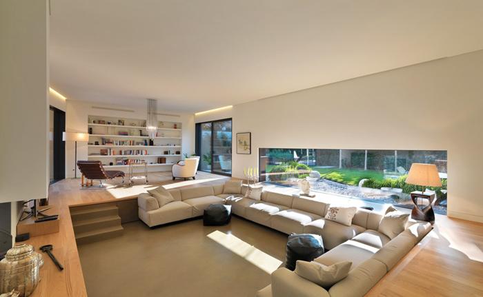 que vuelcan al patio interior, los colores claros de las maderas de piso y el mobiliario de lineas modernas logran crear ambientes armonicos y actuales.