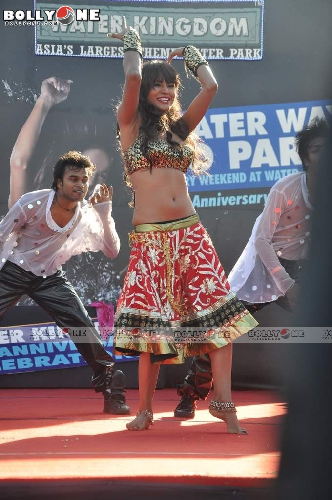 Veena Mallik  long navel Water Kingdom 5 - (5) -  Veena Malik Hot Dance Pics at Water Kingdom