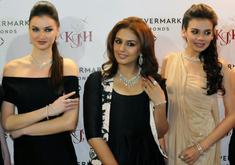 http://3.bp.blogspot.com/-RimFGI2hh1w/UwEoi8ixDJI/AAAAAAAAlFY/Xirf9wQ3S7M/s1600/Huma+Qureshi+during+a+promotional+event+at+Amritsar+(4).JPG
