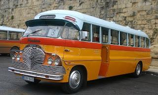 Autobús amarillo antiguo de Malta