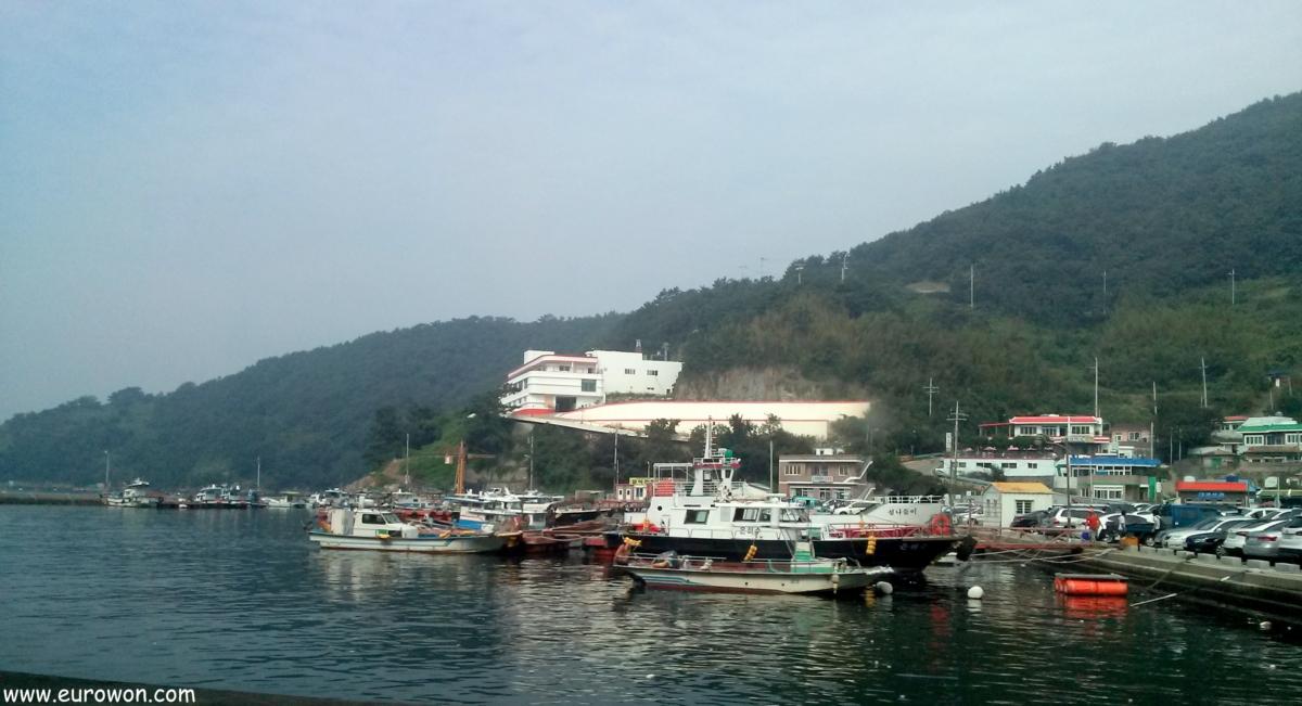 Pueblo de pescadores en la costa sur de Corea